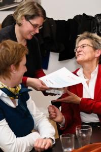 Jutta Becker-Wolf bekommt von Birgit Christmann die Urkunde überreicht