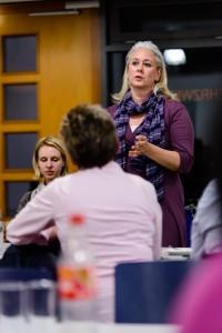 Songfire - Jahreshauptversammlung 2012 - Yvonne Torschmied erläutert Alternativen der Chorkleidung
